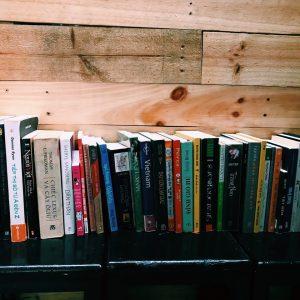 Tủ sách tại Sen và Gốm